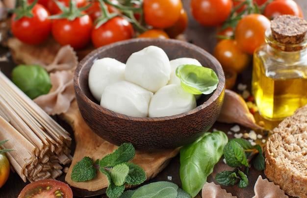 イタリア料理の材料モッツァレラチーズ、トマト、バジル、オリーブオイル、その他のクローズアップ