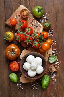 イタリア料理の材料モッツァレラチーズ、トマト、バジル、オリーブオイル、その他の上面図