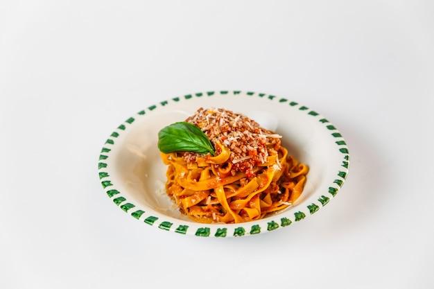 イタリア料理皿タリアテッレボロネーゼパスタ