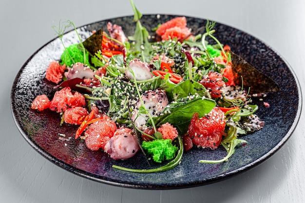 이탈리아 요리 문어 양상추 자몽을 곁들인 해산물 샐러드