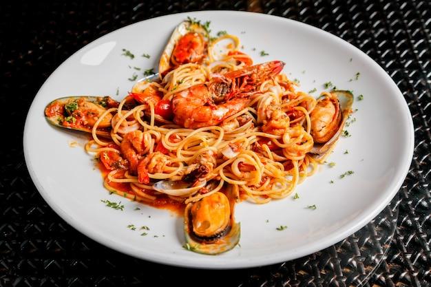 Спагетти и морепродукты итальянской кухни.