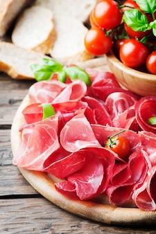 イタリアのおいしい前菜とハムとブレザオラ