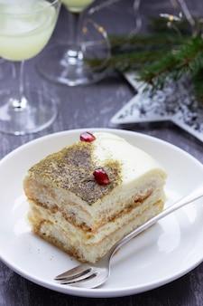 크리스마스 또는 새해를 위해 장식된 말차와 리몬첼로로 만든 이탈리아 디저트 티라미수. 선택적 초점입니다.