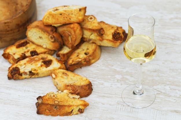 나무 테이블에 달콤한 와인과 함께 이탈리아 드라이 쿠키 cantucci 또는 비스코