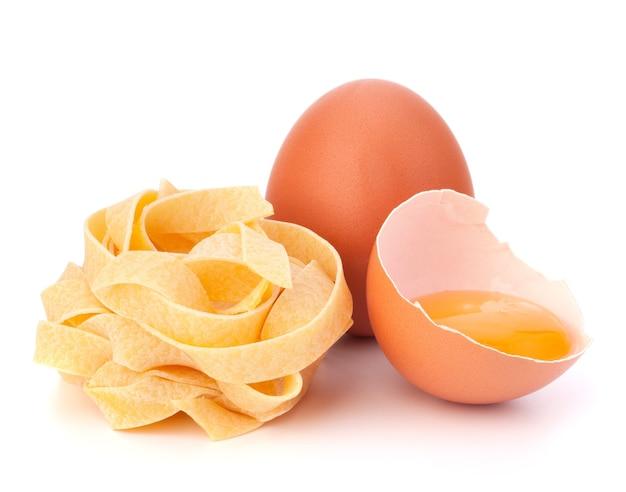 이탈리아 계란 파스타 페투치니 둥지 흰색 배경에 고립