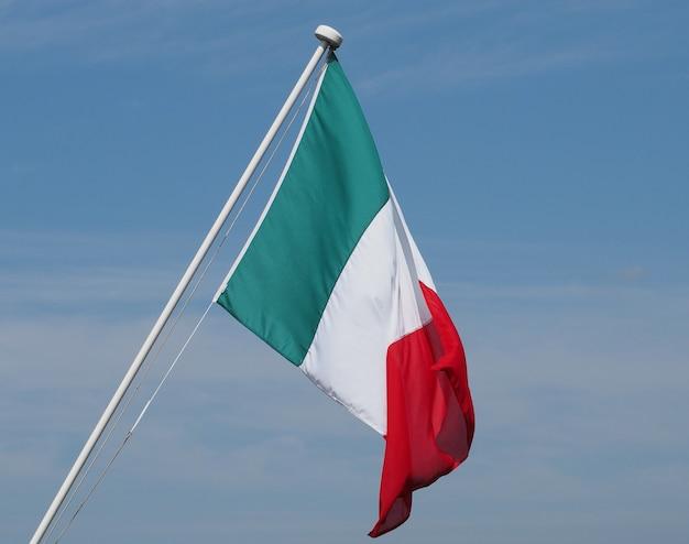 푸른 하늘 위에 이탈리아의 이탈리아 국기