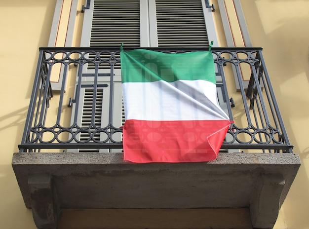 발코니에 이탈리아 국기
