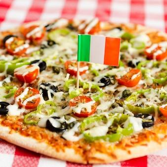 ピザのクローズアップのイタリア国旗