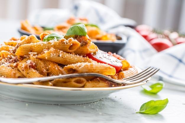 접시에 볼로네제 소스와 함께 이탈리아 음식과 파스타 펜.