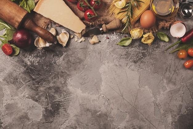 イタリア料理の背景。テキスト用のスペースとスレートの背景