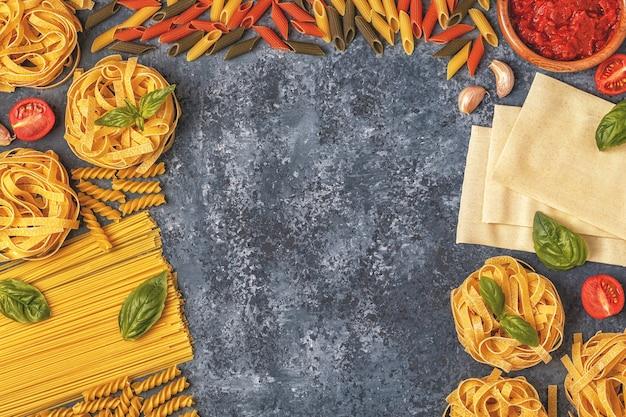 Фон итальянской кухни с пастой, специями и овощами