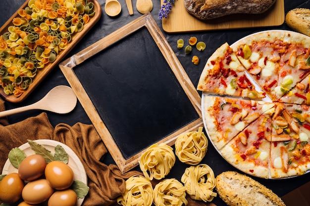슬레이트와 피자 이탈리아 음식 구성