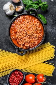 スパゲッティボロネーゼのイタリア料理の食材。生パスタ、バジル、牛ひき肉、トマト