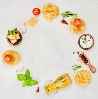 机の上のイタリアの食材