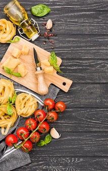 Ingredienti alimentari italiani sul bordo di legno