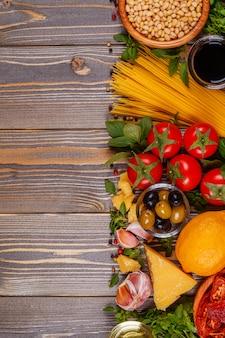 이탈리아 음식 테이블-나무 테이블에 재료입니다.