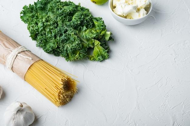 Итальянская еда. набор овощей, оливкового масла, зелени и макарон, на белом