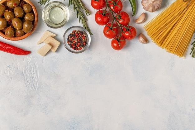 パスタ、スパイス、野菜を使ったイタリア料理