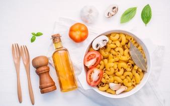 Концепция итальянской кухни и дизайн меню на белом фоне