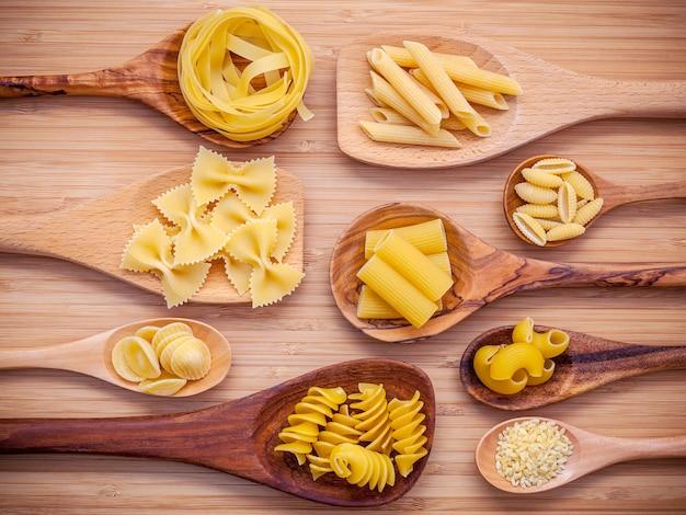 白い背景のイタリア料理のコンセプトとメニューデザインの設定