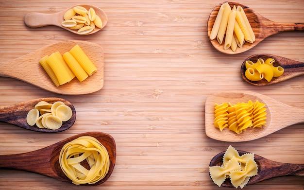 白い背景にイタリアの食品コンセプトとメニューデザインのセットアップ