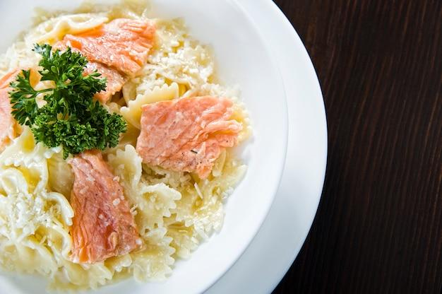 Итальянский жареный лосось и пенне с соусом из пасты альфредо со сливочным шпинатом