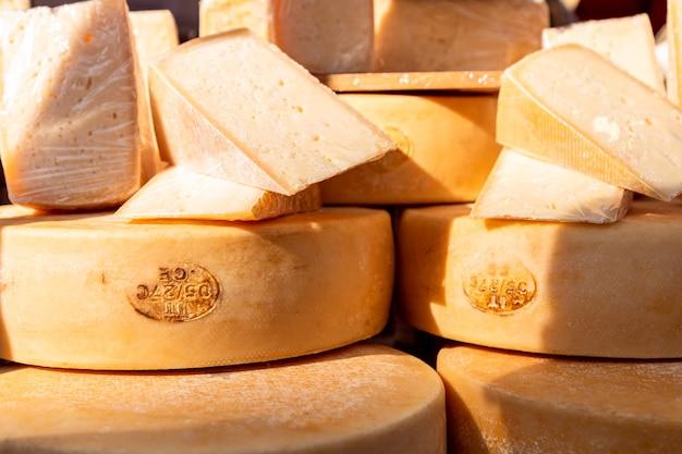 식료품 시장에서 이탈리아 염소 치즈.