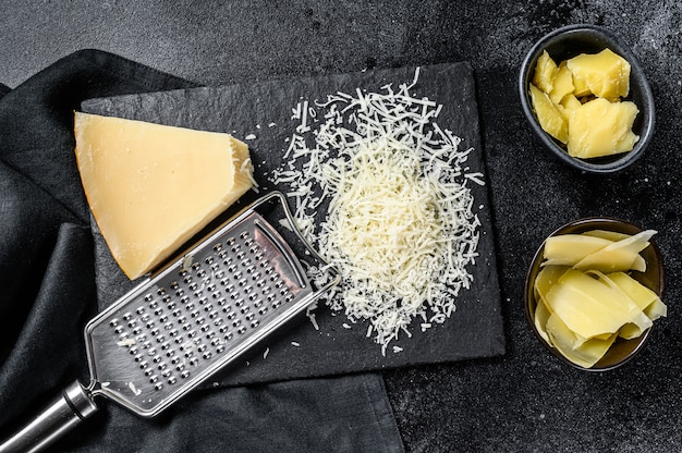 Итальянский твердый ломтик сыра пармезан, нарезанный, тертый