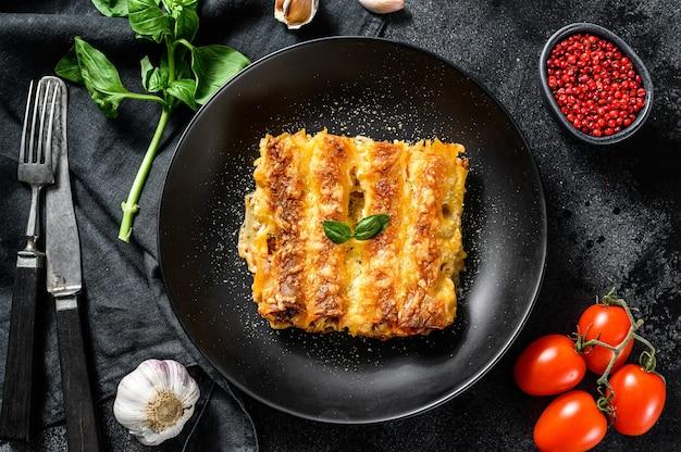 Домашняя итальянская паста каннеллони с говядиной и томатным соусом