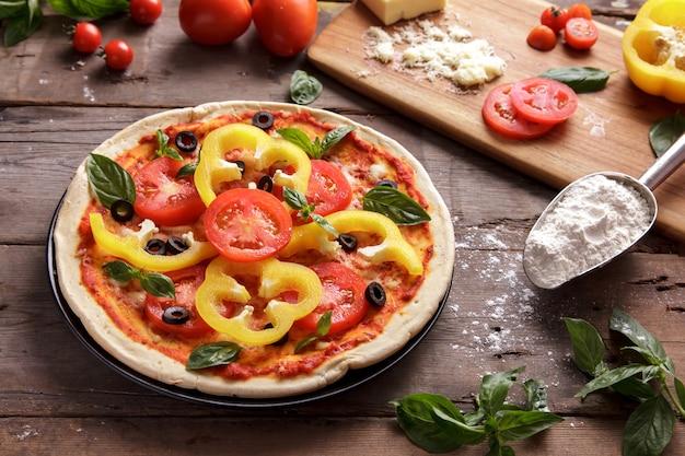 Итальянская домашняя пицца с начинкой из нарезанного перца