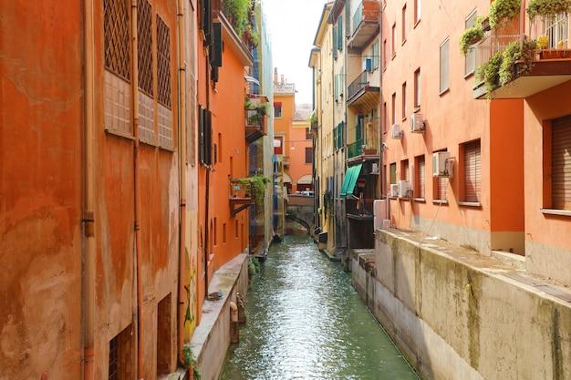 Итальянские дома между скрытым каналом реки рино, болонья, италия.