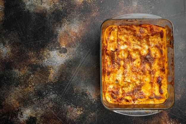 토마토 볼로 네즈 소스와 다진 쇠고기 고기를 베이킹 트레이에 넣은 이탈리아 라자냐