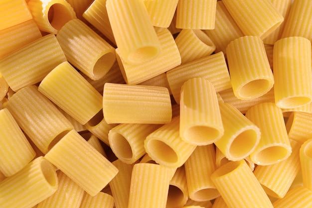 이탈리아 마카로니 파스타 반소매 줄무늬 날 음식 배경 또는 질감이 닫힙니다.
