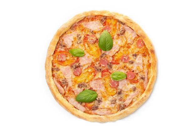 토마토를 곁들인 이탈리안 미트 피자, 고기 3종(소시지, 베이컨, 다진 고기), 그린 바질 잎으로 장식된 모짜렐라 치즈.