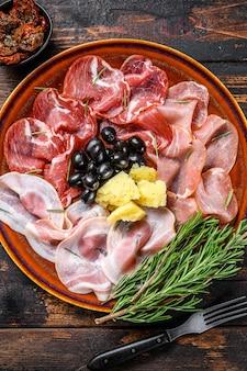 生ハム、ブレザオラ、パンチェッタ、サラミ、パルメザンチーズのイタリアンミートプラッター