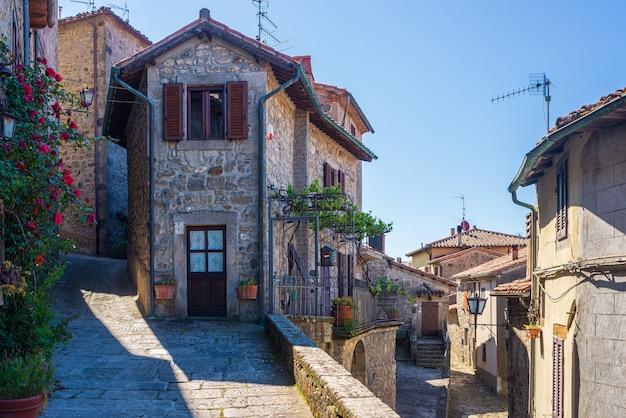 Детали итальянской средневековой деревни, историческая каменная аллея, старинная улица костного мозга, архитектура каменных зданий старого города. санта-фьора, тоскана, италия.