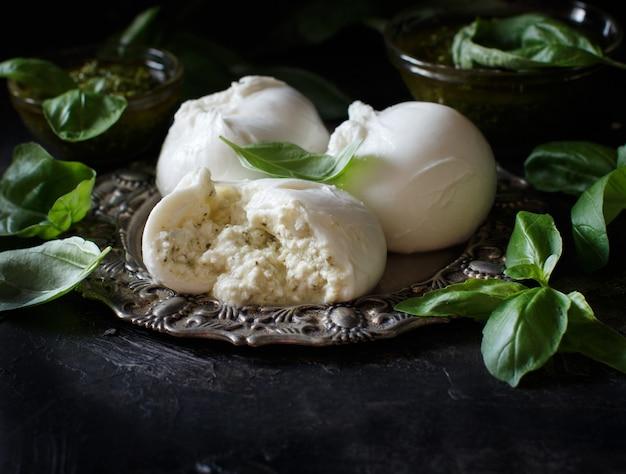 リコッタチーズとペルストを詰めたイタリアンモッツァレラチーズのクローズアップ