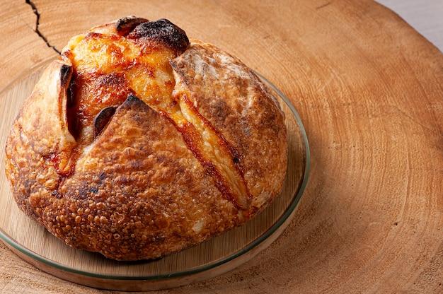 プロヴォローネチーズとペパロニソーセージを詰めたイタリアの天然発酵パン