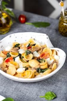 ほうれん草、トマト、モッツァレラチーズのイタリアンオレキエッテパスタ