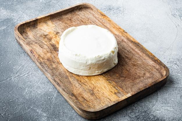 회색에 나무 쟁반에 이탈리아 유기농, 리코 타 치즈