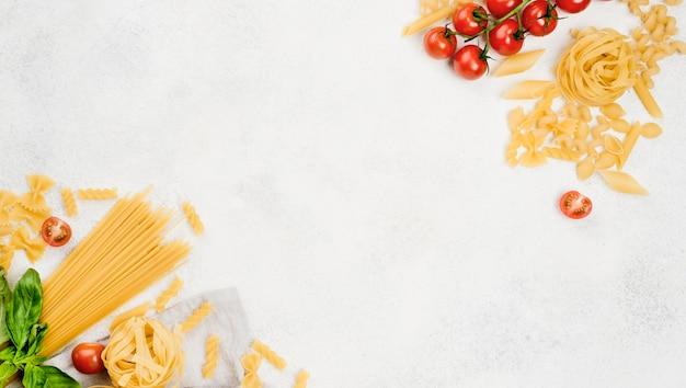 机の上のイタリアのパスタとトマト