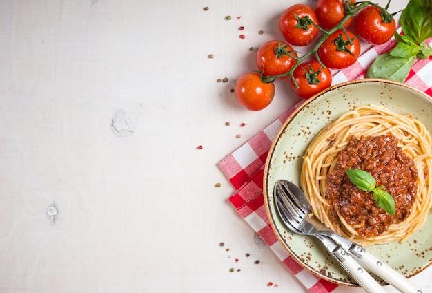 イタリアのパスタボロネーゼ。プレートに肉とトマトソースが入ったスパゲッティ Premium写真