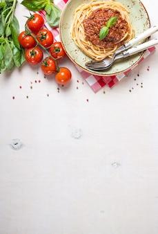 イタリアのパスタボロネーゼ。プレートに肉とトマトソースが入ったスパゲッティ