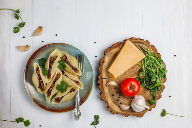 Pasta italiana conchiglioni rigati ripieni di carne.