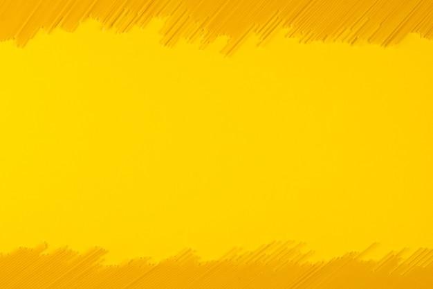 이탈리아 파스타, 복사 공간, 노란색 배경. 텍스트를 위한 디자인. 익히지 않은 전통 스파게티.