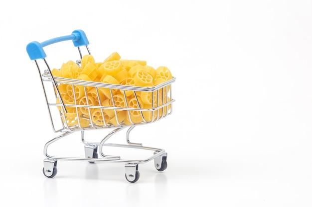 白い背景の上の市場からの食料品バスケットのイタリアンパスタ。小麦粉製品と調理中の食品
