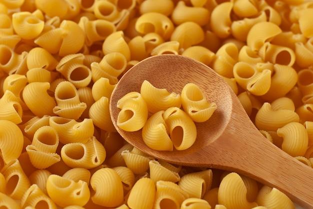 Итальянская паста в виде рогов и деревянной ложки