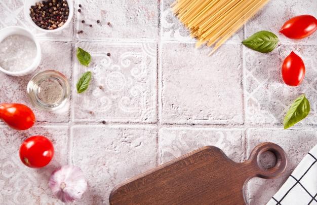 テーブルの上のイタリアのパスタの材料。フードクッキング。上面図。スペースをコピーします。