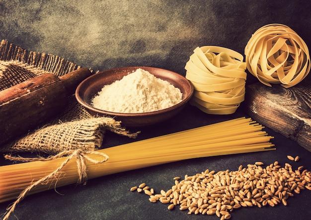イタリアンパスタ、スパゲッティ、フェットチーネ、ローリングピン、小麦粉
