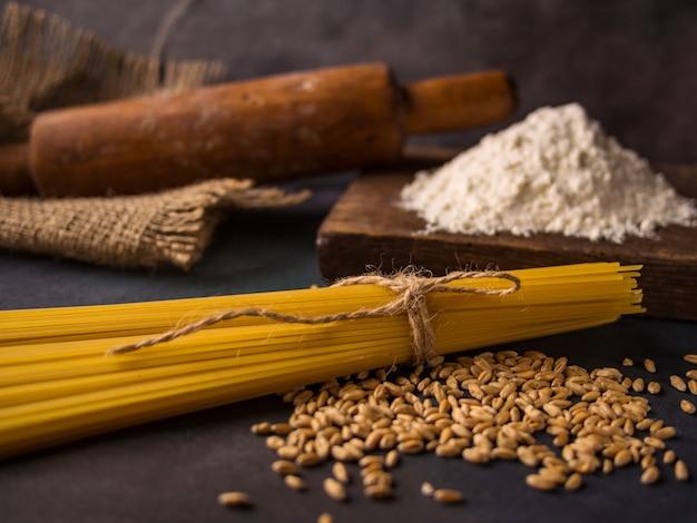 イタリアンパスタ、スパゲッティ、小麦、麺棒、小麦粉